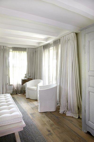 Slaapkamer met witte accenten, ontworpen door b+villas
