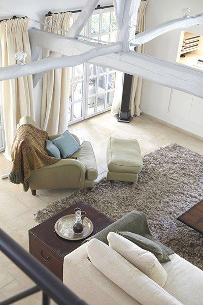 Living met een landelijke stijl die is ontworpen door b+villas