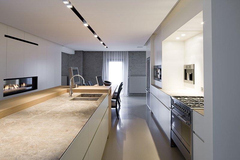 Ruimtelijke keuken in een tijdloze stijl ontworpen door interieurarchitect Dennis T'Jampens