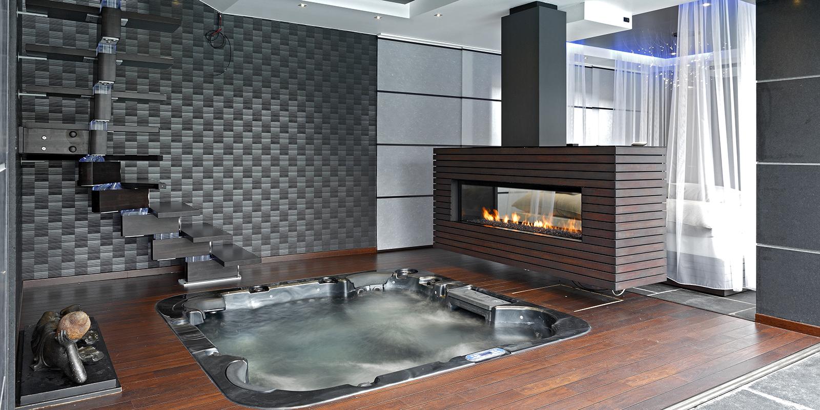 Jacuzzi in een badkamer van Van Marcke Sanitair met een haard van M-Design