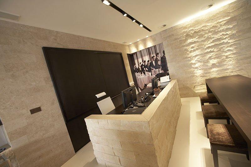 Balie in een tijdloze stijl die is ontworpen door interieurarchitect Dennis T'Jampens