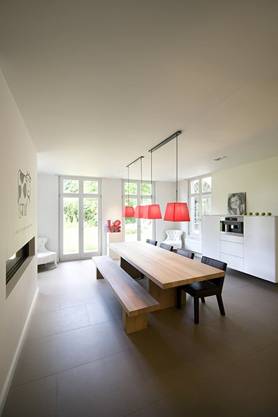 Eetgedeelte met een moderne afwerking, ontworpen door b+villas