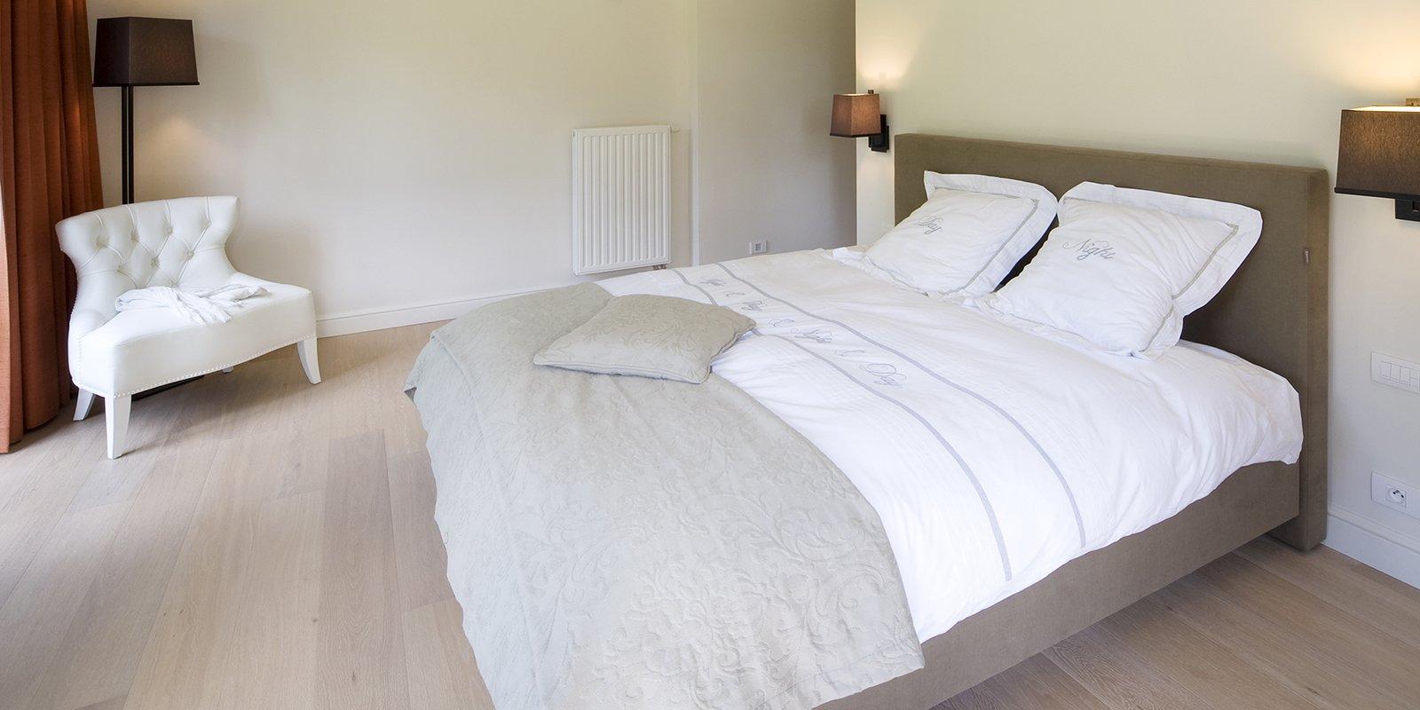 Moderne, klassieke slaapkamer door b+villas