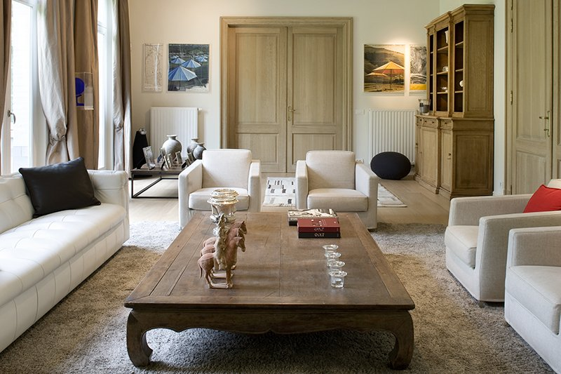 Moderne living met klassieke elementen, door b+villas