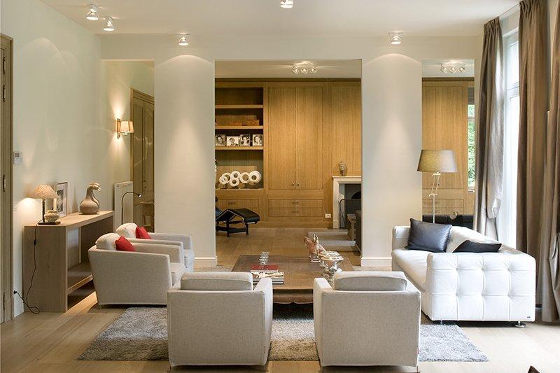 Comfortabele woonkamer met een moderne afwerking en tevens klassieke elementen, die is ontworpen door b+villas