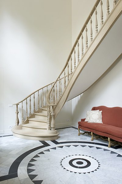 Een door b+villas ontworpen trap met een romantische, klassieke stijl