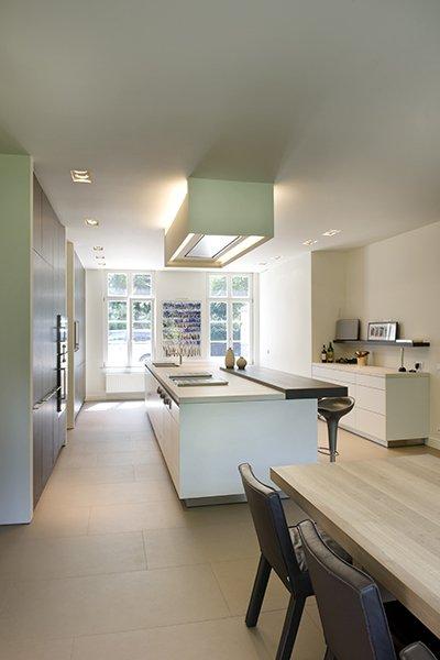 Strakke, moderne keuken die is ontworpen door b+villas
