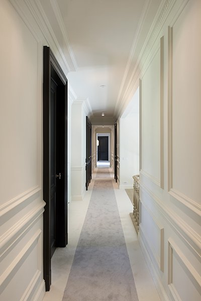 Moderne gang met klassieke elementen, ontworpen door b+villas
