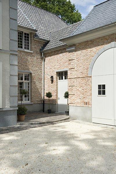 Woning met dakpannen en leisteen in een klassieke stijl, ontworpen door b+villas