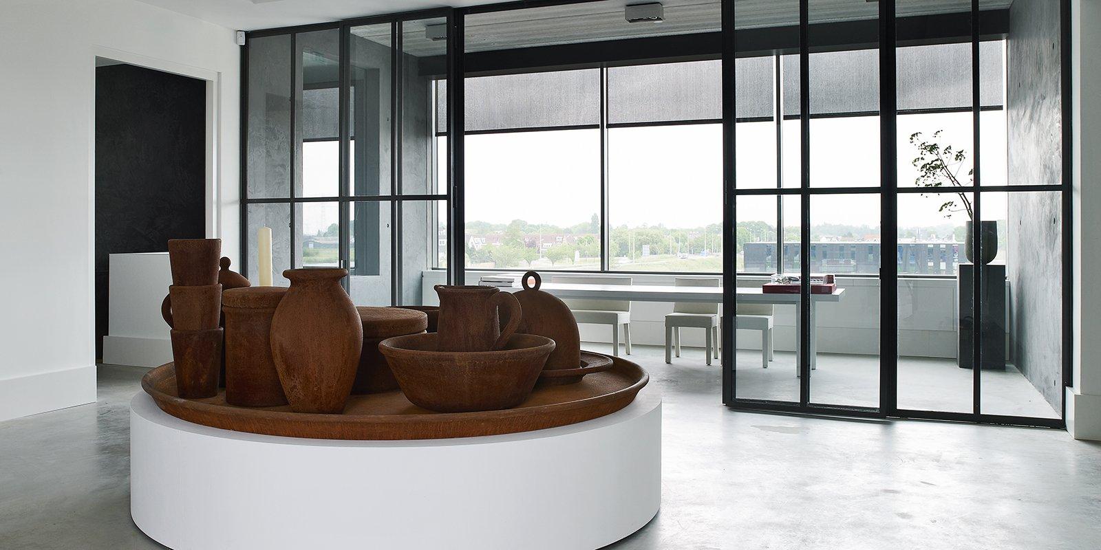 Interieur met een sobere, stoere vormgeving die eveneens tijdloos is, ontworpen door Piet Boon Studio