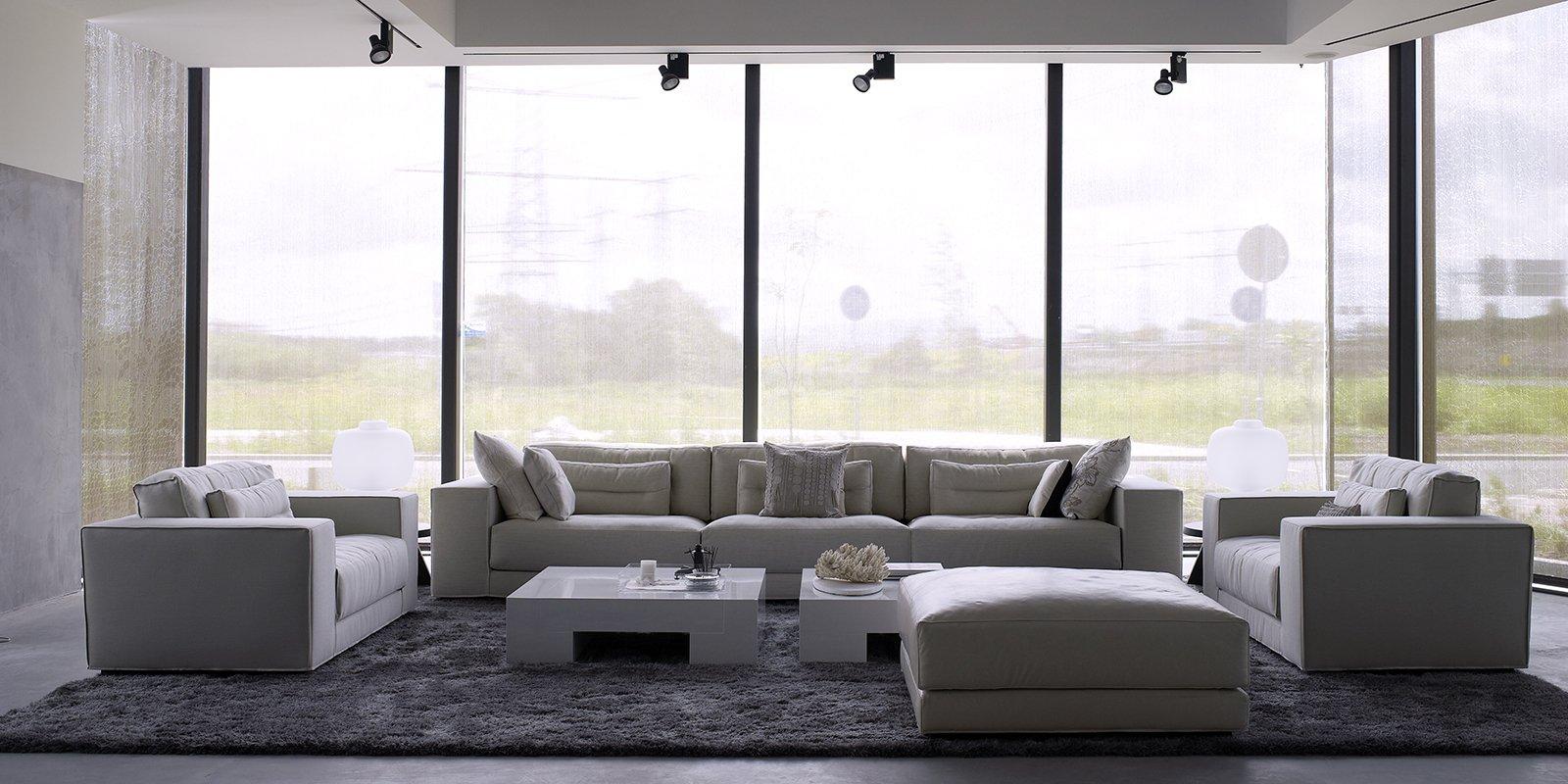 Moderne living ontworpen Piet Boon Studio met een sobere, stoere vormgeving