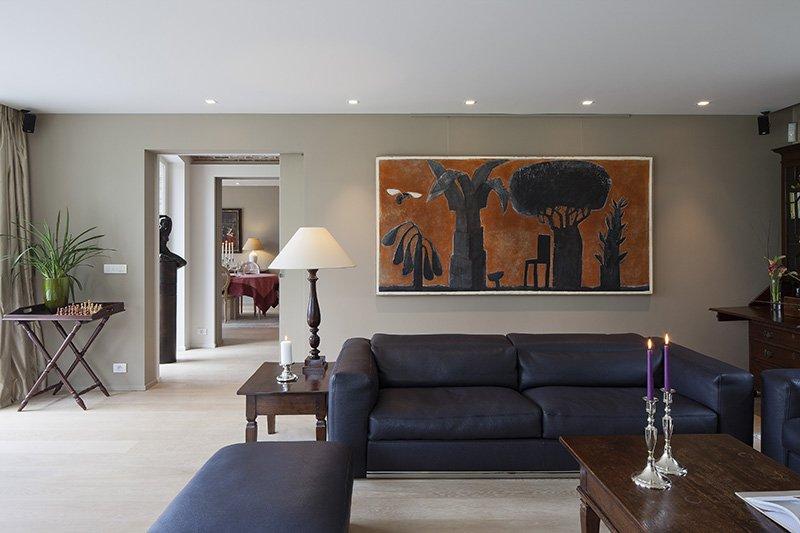 Tijdloze living die is ontworpen door b+villas