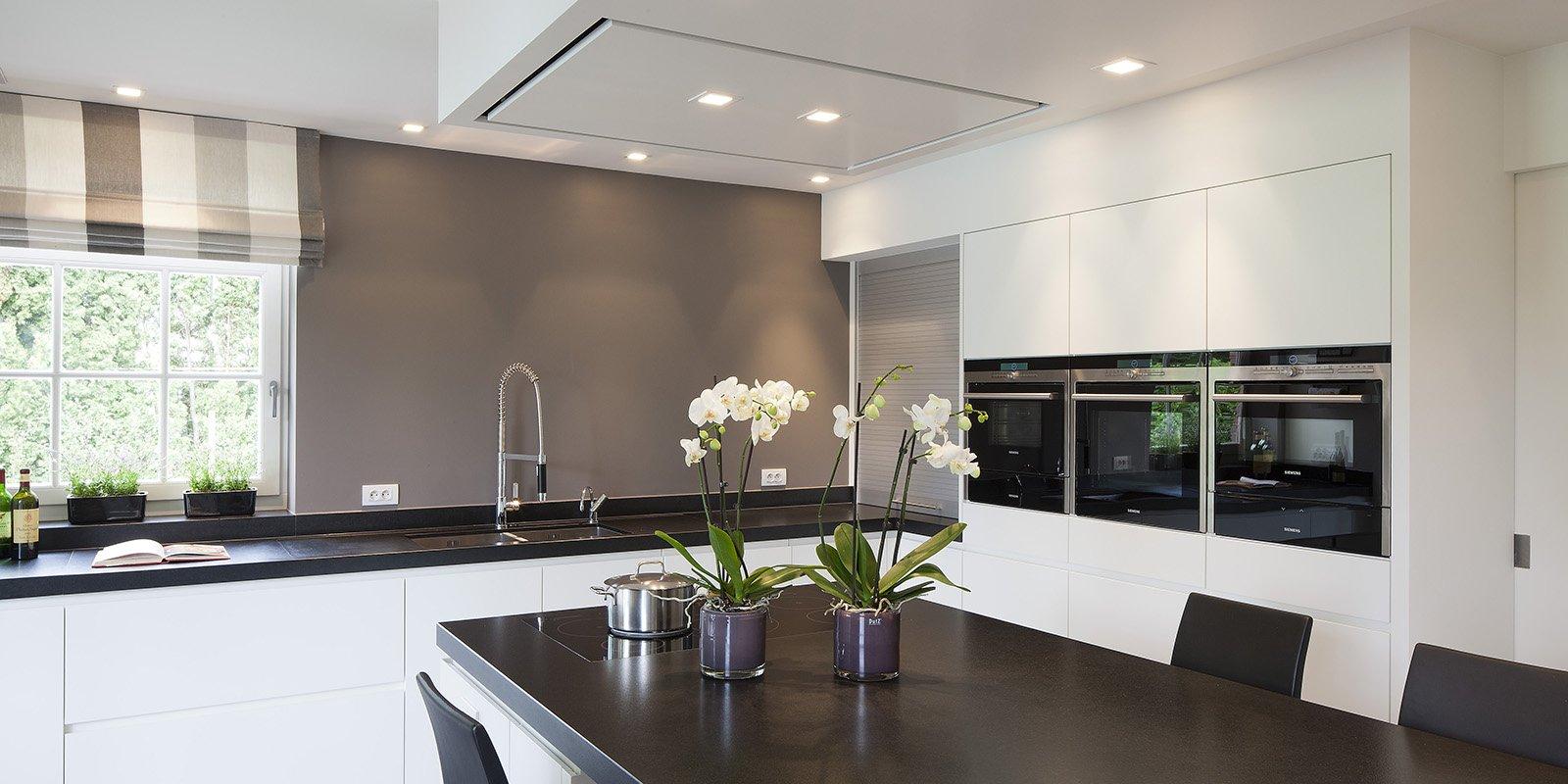 Moderne keuken met een piekfijne afwerking, ontworpen door b+villas