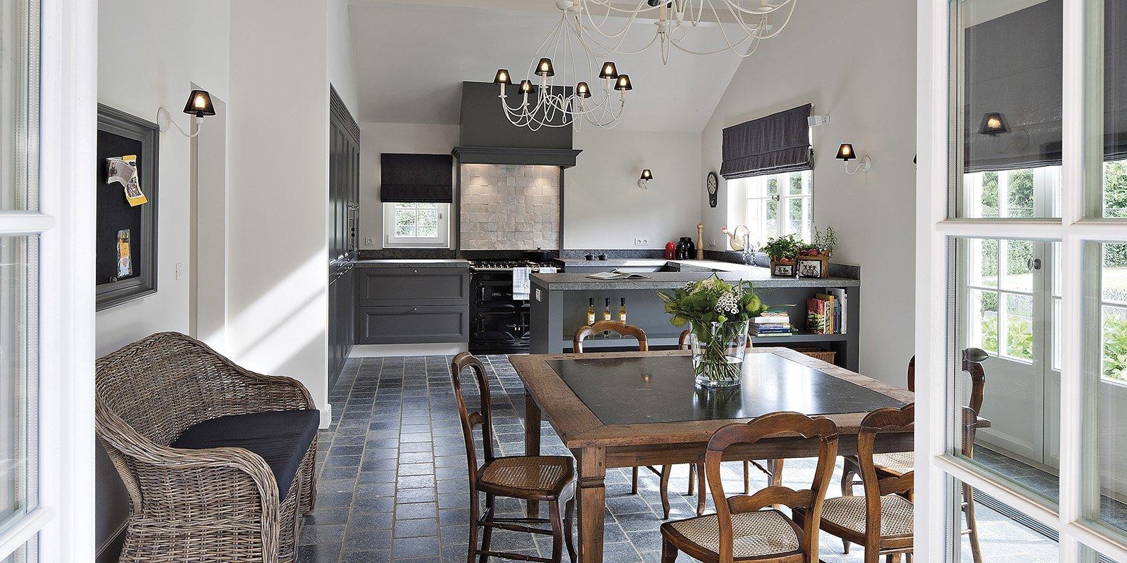 Ruimtelijke keuken die is ontworpen door b+villas in een klassieke stijl