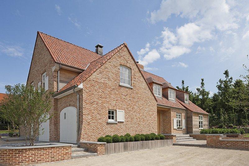 Woning ontworpen door b+villas in een landelijke stijl