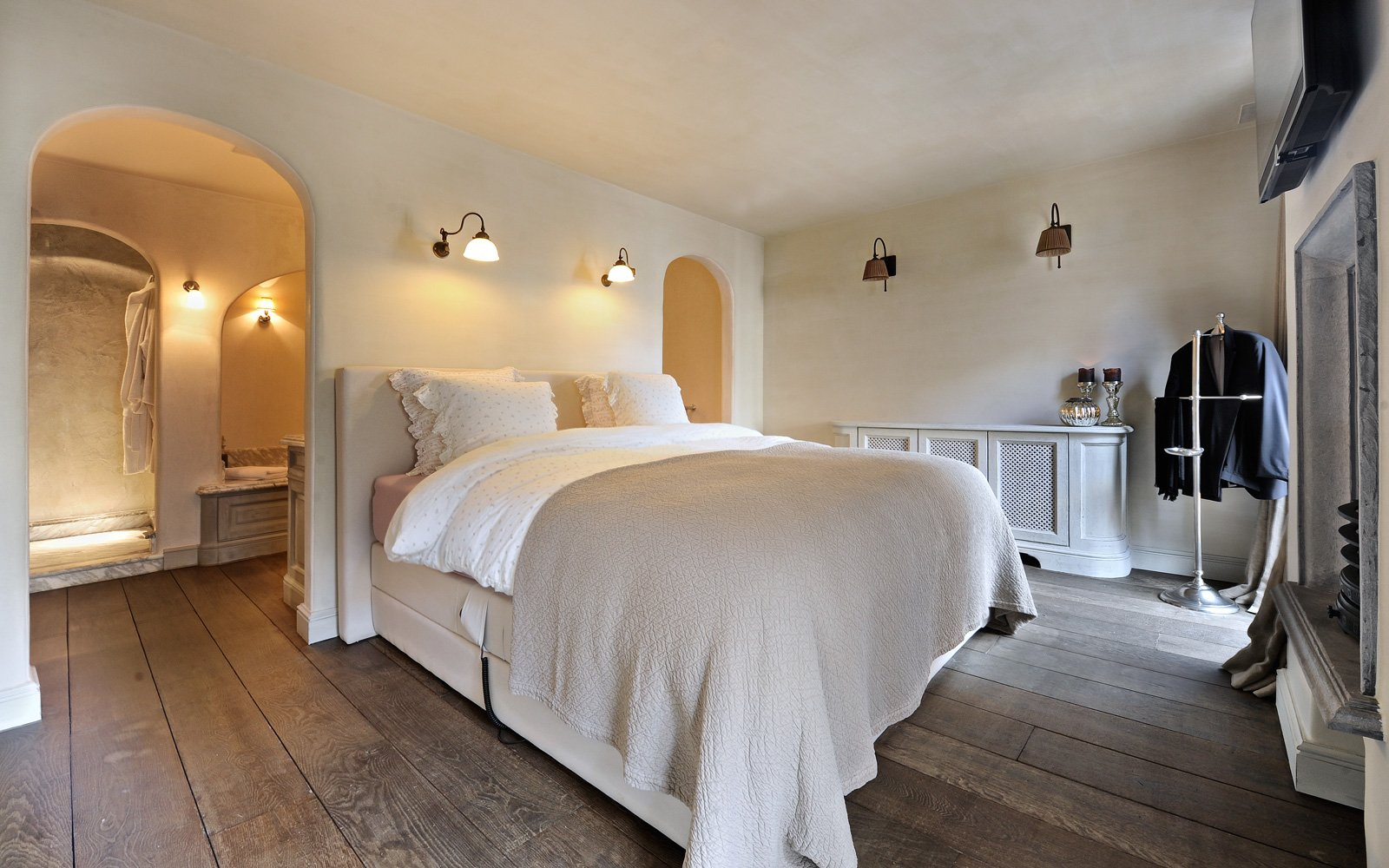 Knusse slaapkamer, bed, houten kasten, vooroorlogse vormgeving, woonhuis als showroom, Dauby
