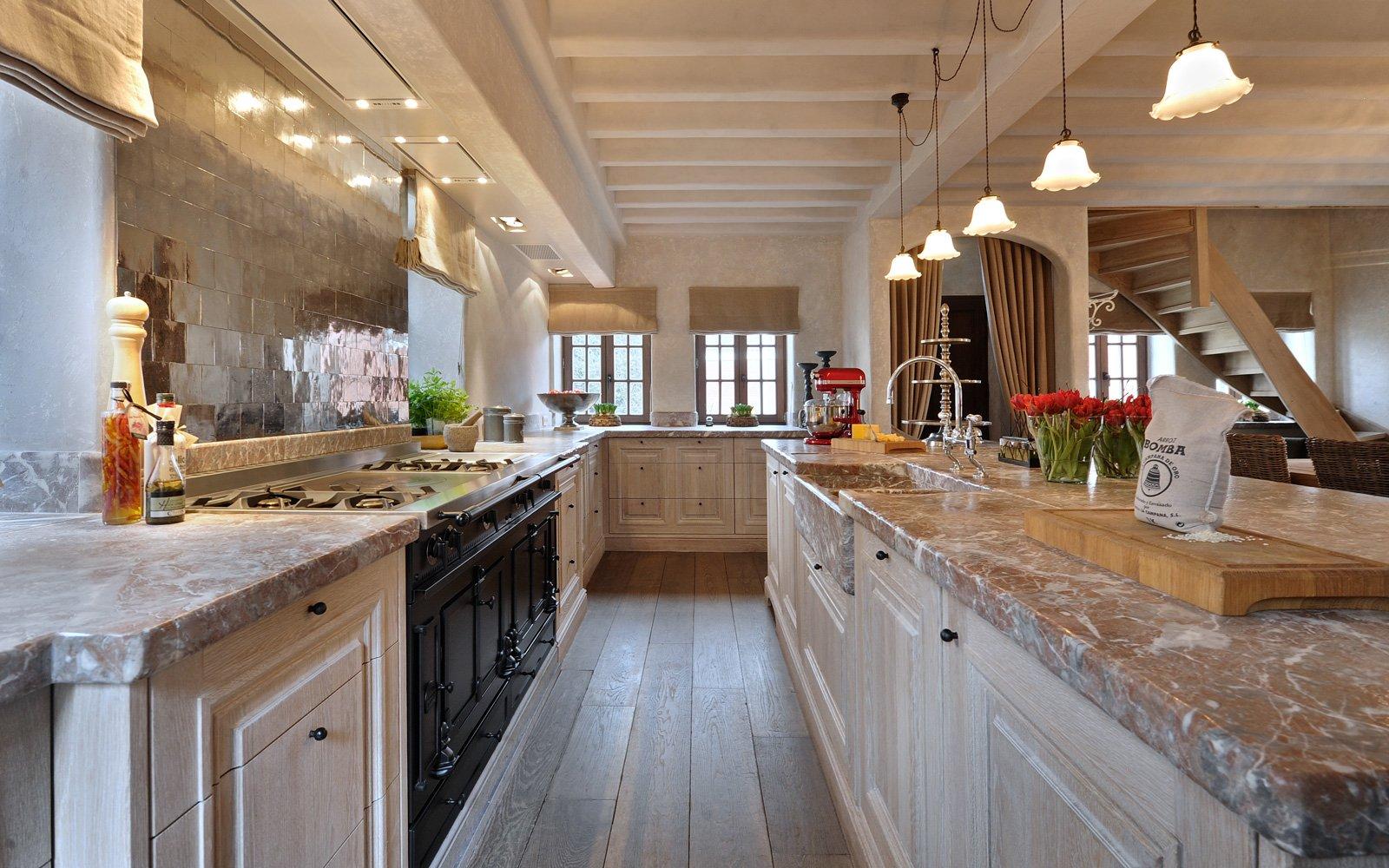 Keuken, Rond, authentieke uitstraling, roze marmer, carrara, woonhuis als showroom, Dauby