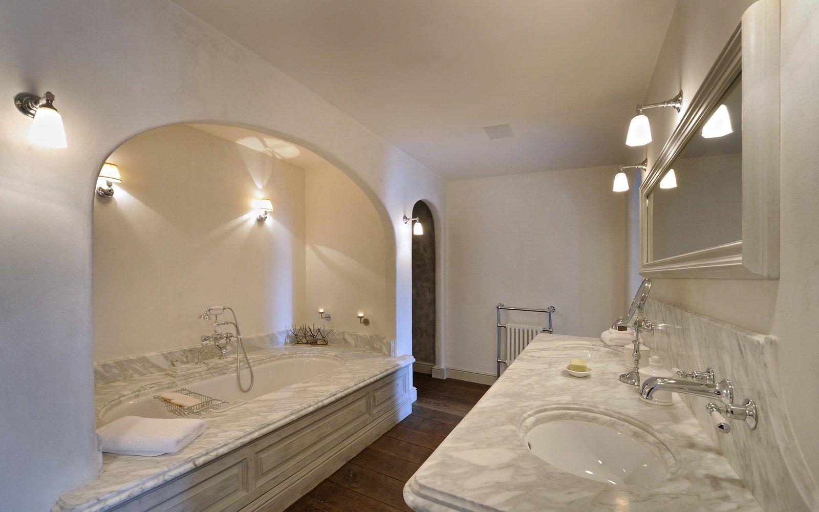 Badkamer, chique, wit marmer, wandkast, Italiaans marmer, inloopdouche, woonhuis als showroom, dauby