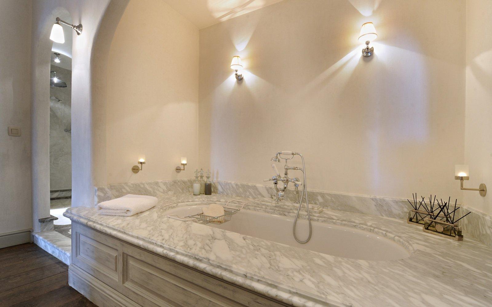 Badkamer, bad, wit marmer, Italiaans, authentiek, woonhuis als showroom, Dauby