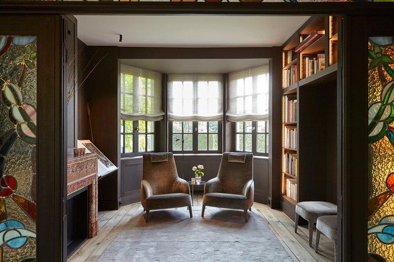 De vroegere 'mooie' kamer, waarin zowel het glas in lood als de marmeren haarden werden behouden
