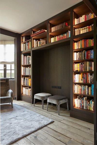 Devaere Interieur realiseerde de lambrisering in zowel de bibliotheek als de eethoek