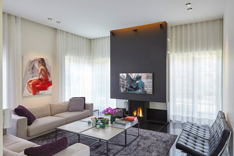 Barcelona chairs sieren het nieuwe salon. Alle meubelen en tapijten zijn afkomstig van Art Nivo te Gent