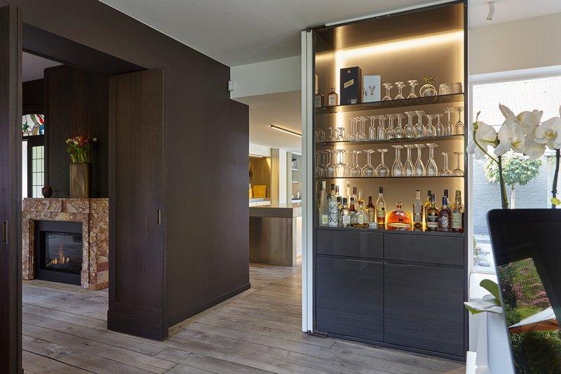 De langwerpige keuken vormt het architectonische verbindingsstuk met het bureau en het salon