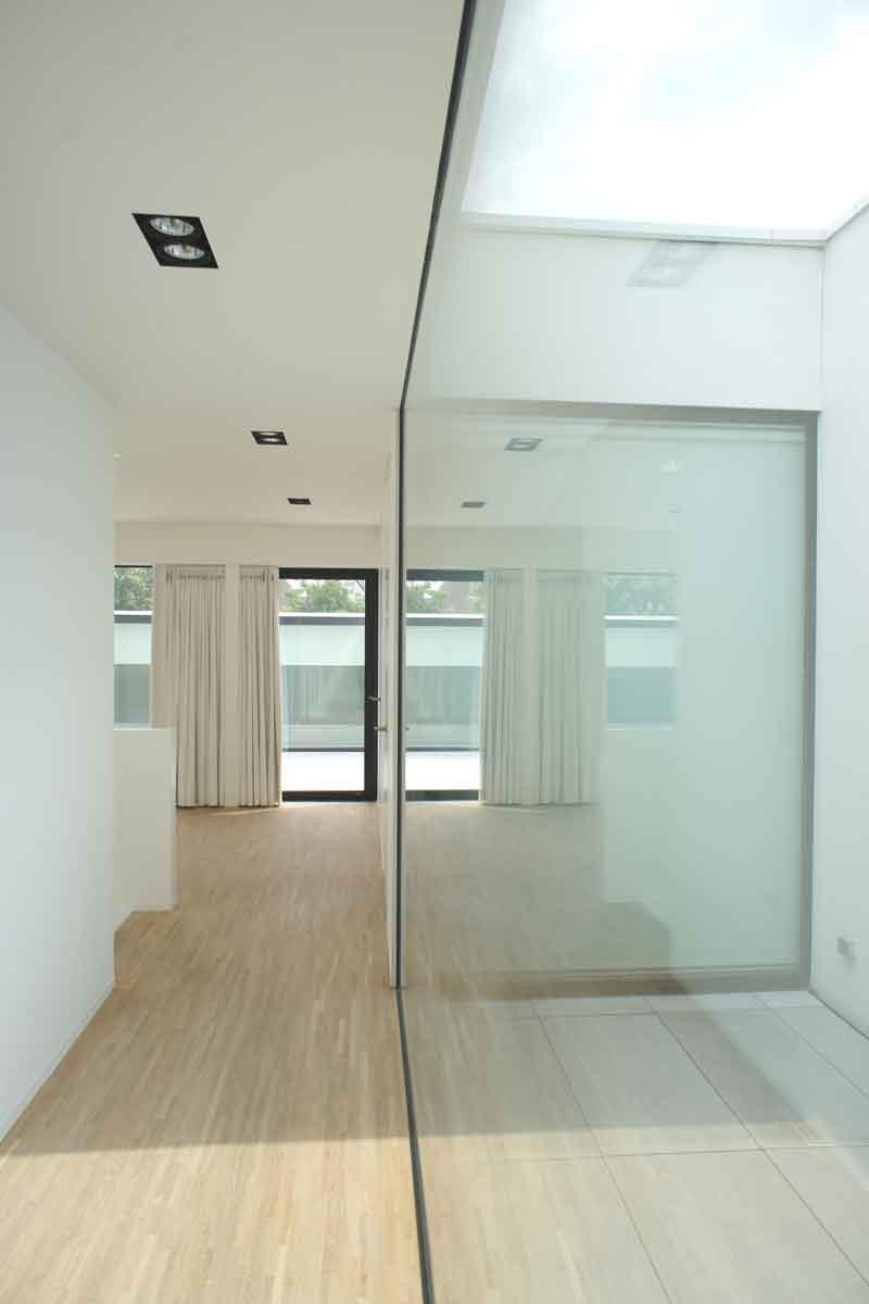 Houten vloer, grote ramen, strak en minimalistisch, Beckers Noyez