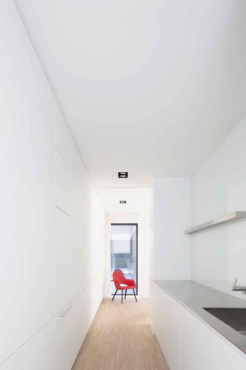 Bijkeuken, houten vloer, blad van geborsteld rvs, strak en minimalistisch, Beckers Noyez