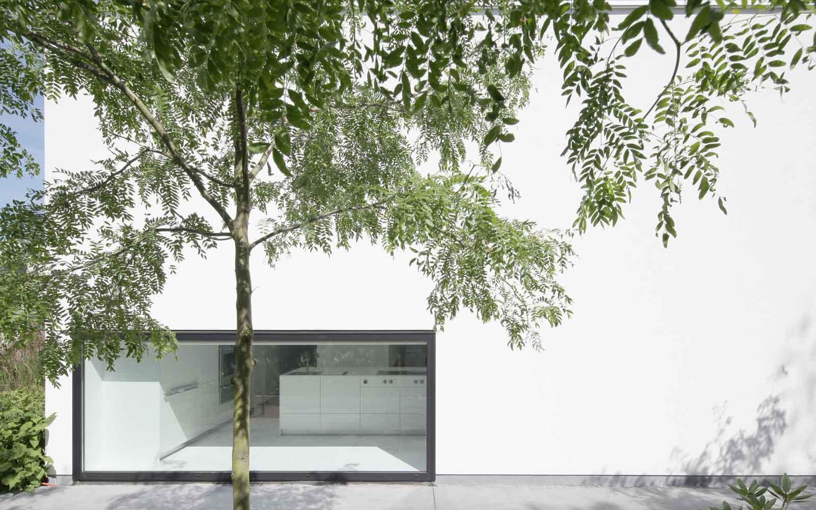 Witte woning, veel glas, grote ramen, strak en minimalistisch, Beckers Noyez