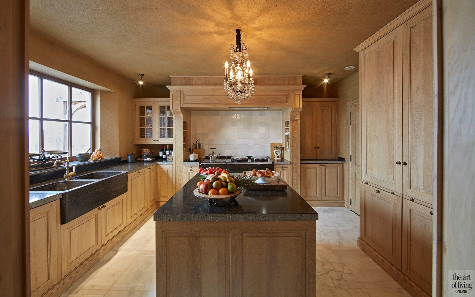 Massief eik, Keuken, licht marmeren natuursteen vloer, fornuis van Aga, geïnstalleerd door d'Verte