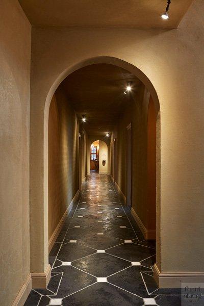 Hal met natuurstenen vloer, vakkundig geplaatst door Stefaan Dobbels