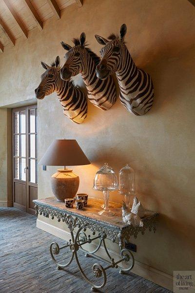 Drie zebrahoofden aan de muur als opvallend detail