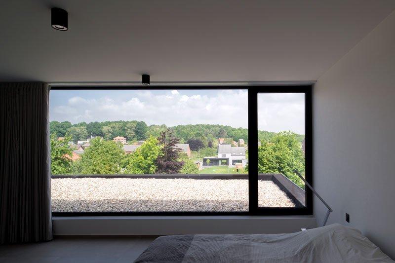Slaapkamer, master bedroom, groot raam, terras met jacuzzi, Zelfvoorzienend, BNE Architecten
