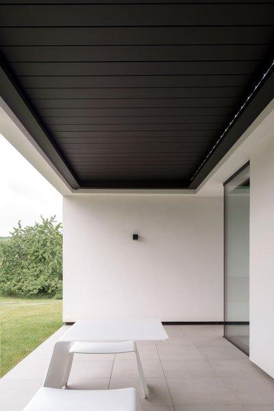 Gesloten lamellendak, zonwering, Umbris, terrasZelfvoorzienend, BNE Architecten