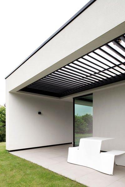 Terras met aluminium lamellendak van Umbris, Zelfvoorzienend, BNE Architecten