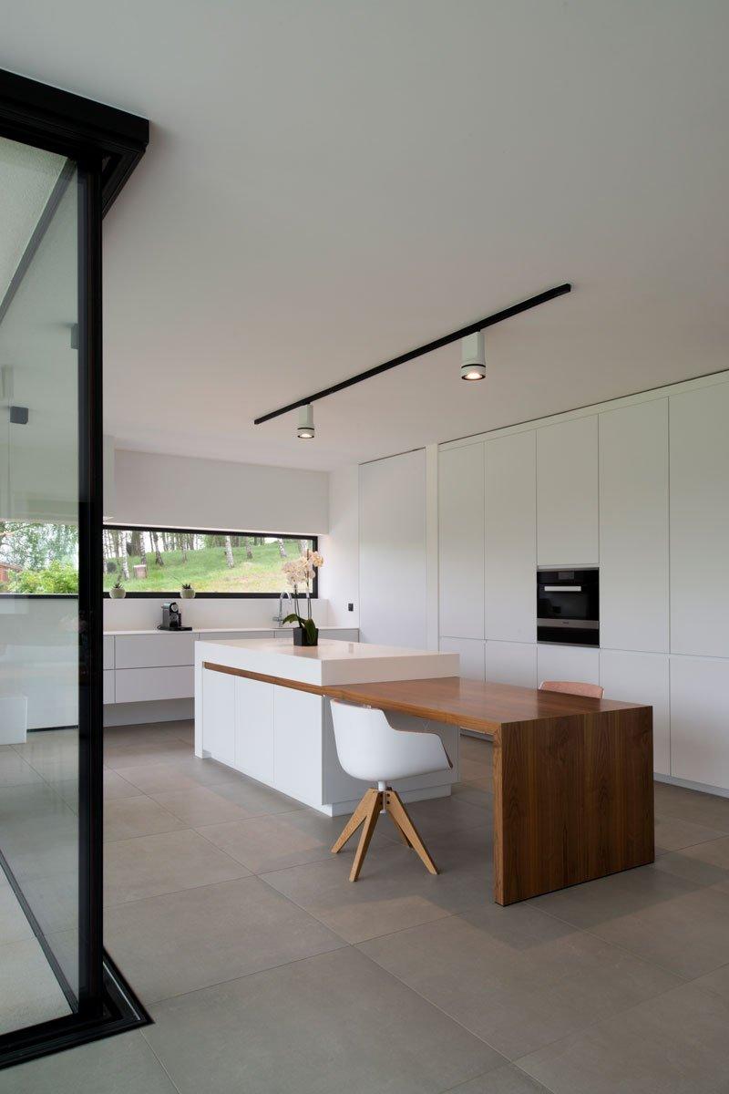 Maatwerk kast, Voo-doo bvba, Strakke witte keuken, kookeiland met houten tafel, verlengstuk, Zelfvoorzienend, BNE Architecten