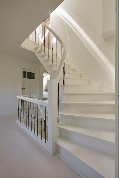 Beton vloer, houten trap, stalen spijlen, wit, Kijkwoning, Stalen Deuren Huys