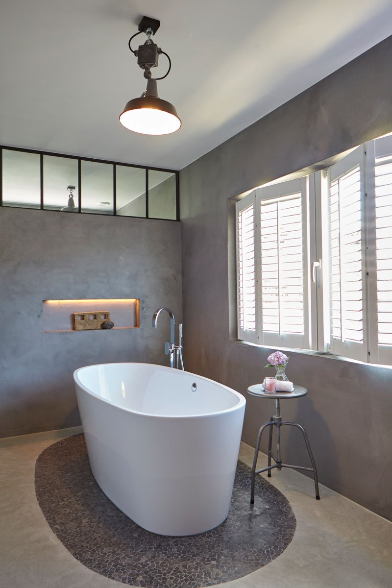 Badkamer, vrijstaand bad, shutters, daglicht, kijkwoning, Stalen Deuren Huys