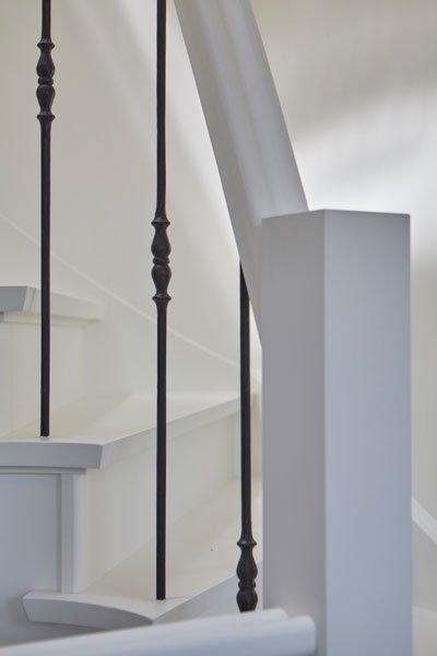 Witte, houten trap, stalen spijlen, Kijkwoning, Stalen Deuren Huys
