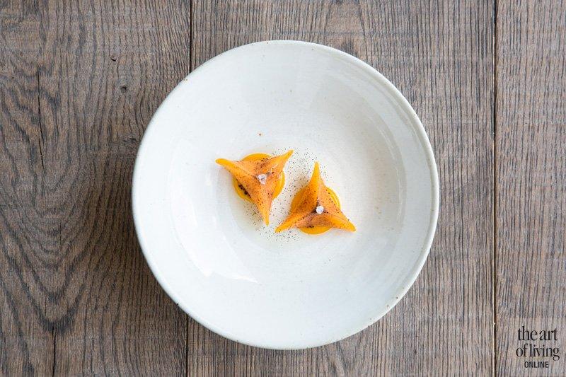 Gerecht, culinair, Restaurant Hertog Jan, Dimsum van pompoen met langoustine, crème van passievrucht en jus van langoustine