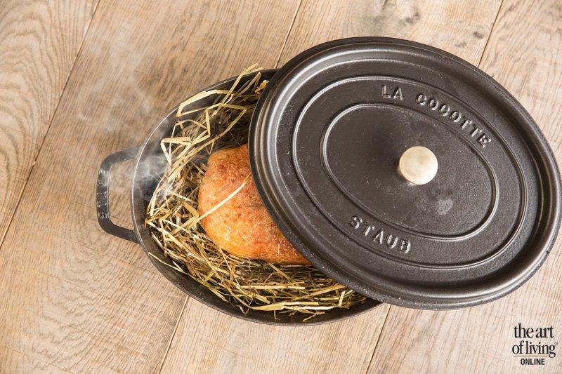 Gerecht, culinair, Restaurant Hertog Jan, Voor de eend versneden wordt, wordt deze gegaard en licht gerookt in hooi.