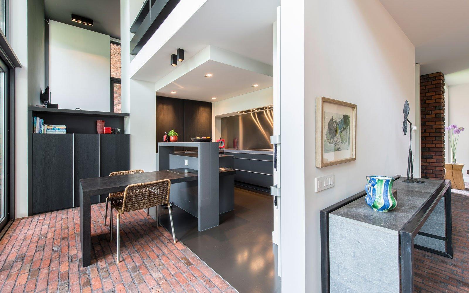 Keuken, zwart, rode baksteen, gietvloer van DRT gietvloeren, BVV Architecten, Hedendaagse villa