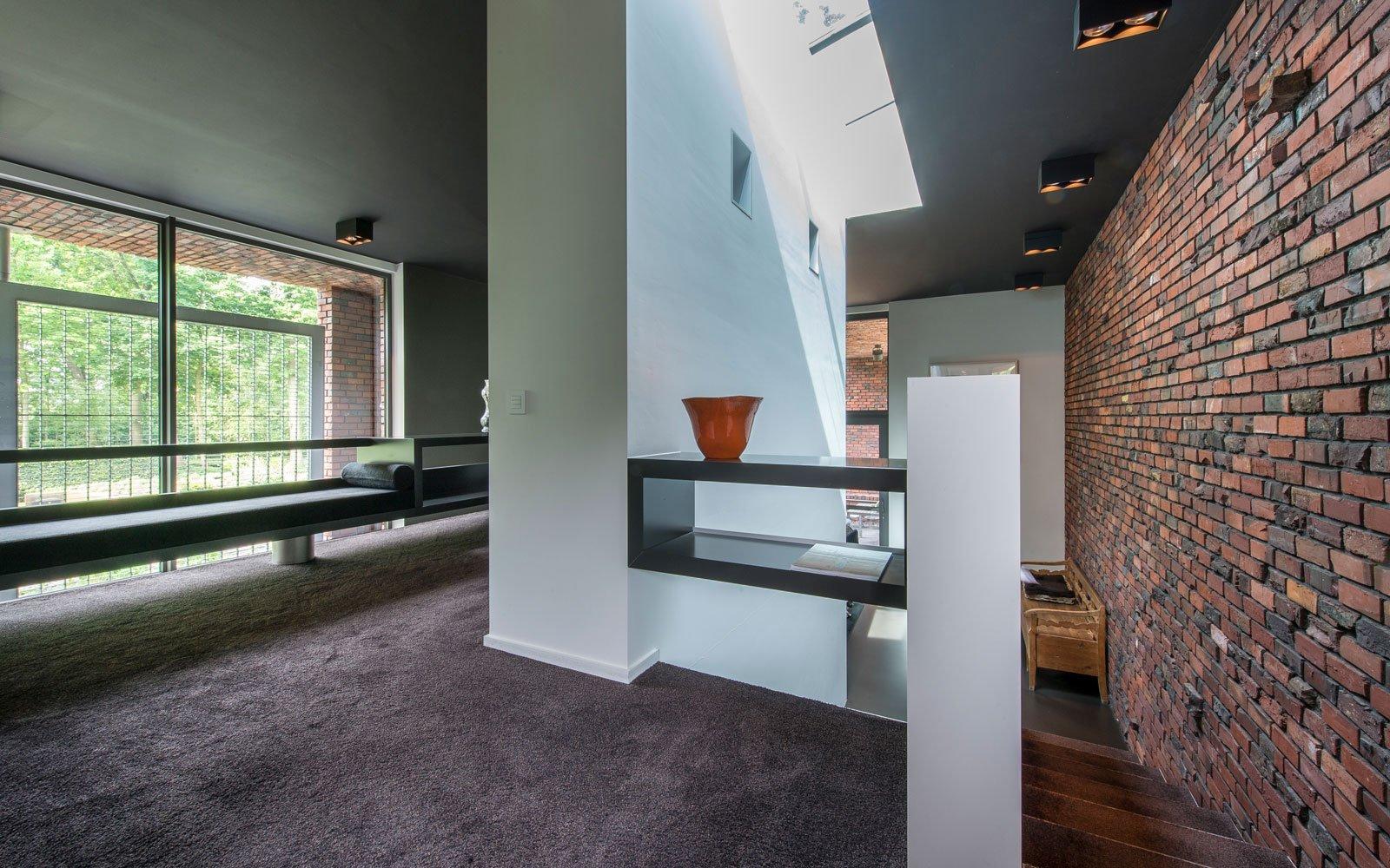 Bovenverdieping, overloop, tapijt van HV interieur, bakstenen van Steenbakkerij Membruggen uit Riemst, BVV Architecten, Hedendaagse villa