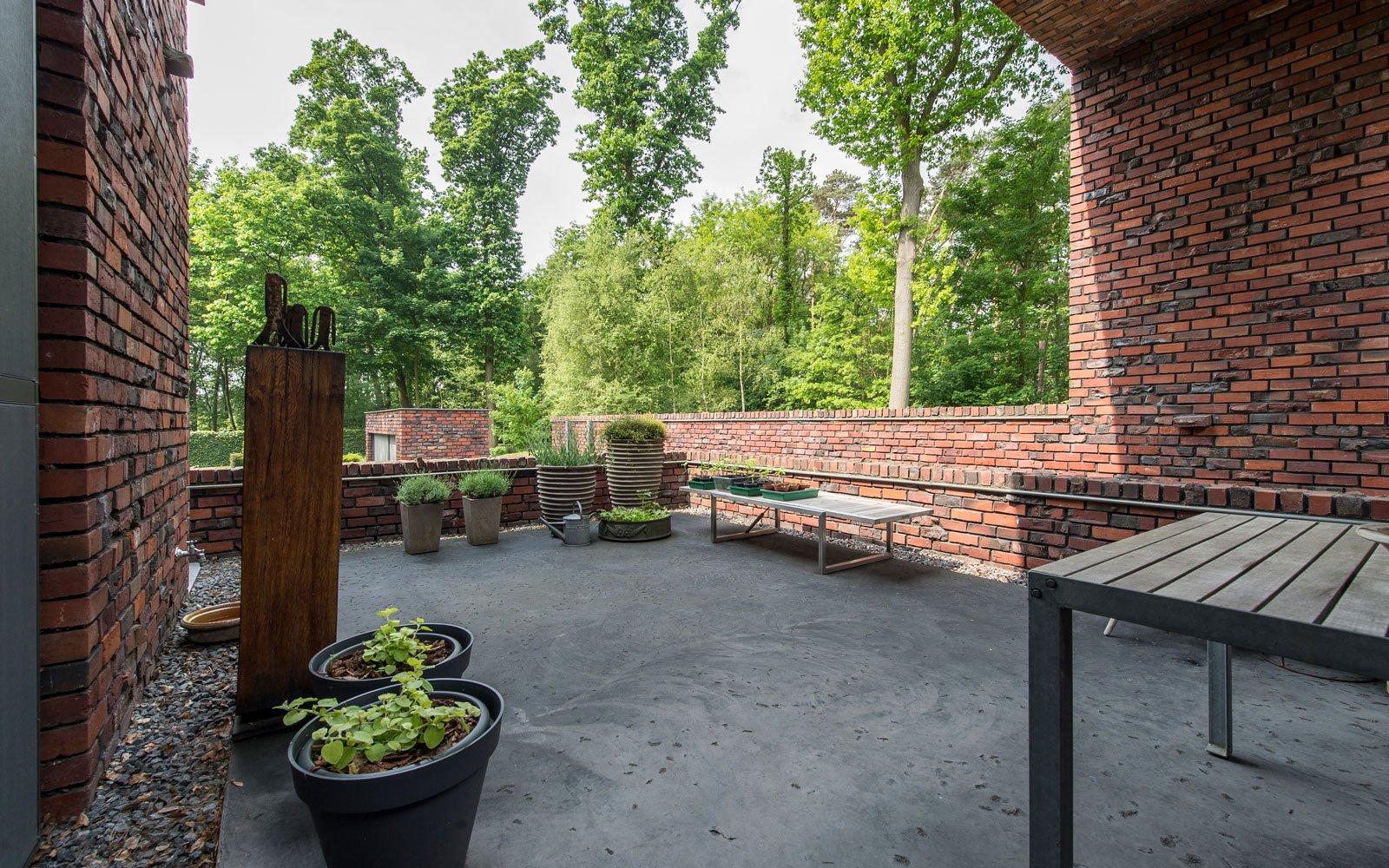 Terras met strakke betonvloer van BCI-floors, BVV Architecten, hedendaagse villa