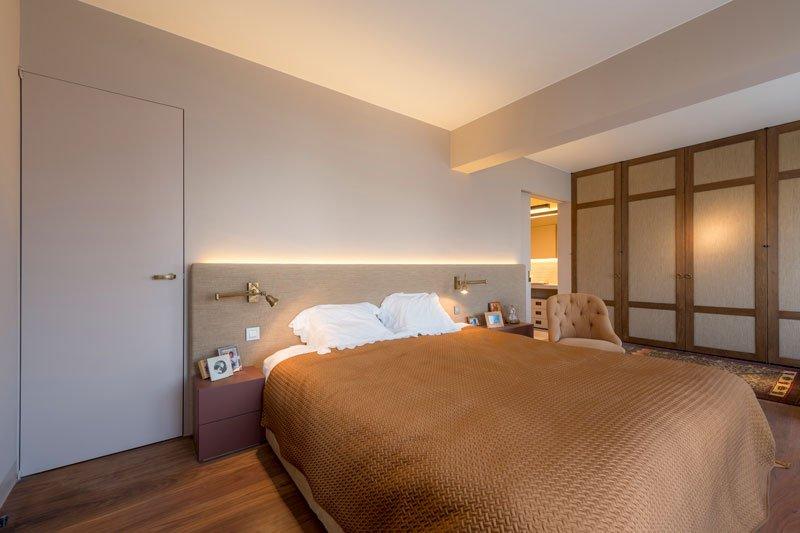 master bedroom led verlichting bed slaapkamer dressing achter bedwand houten vloer
