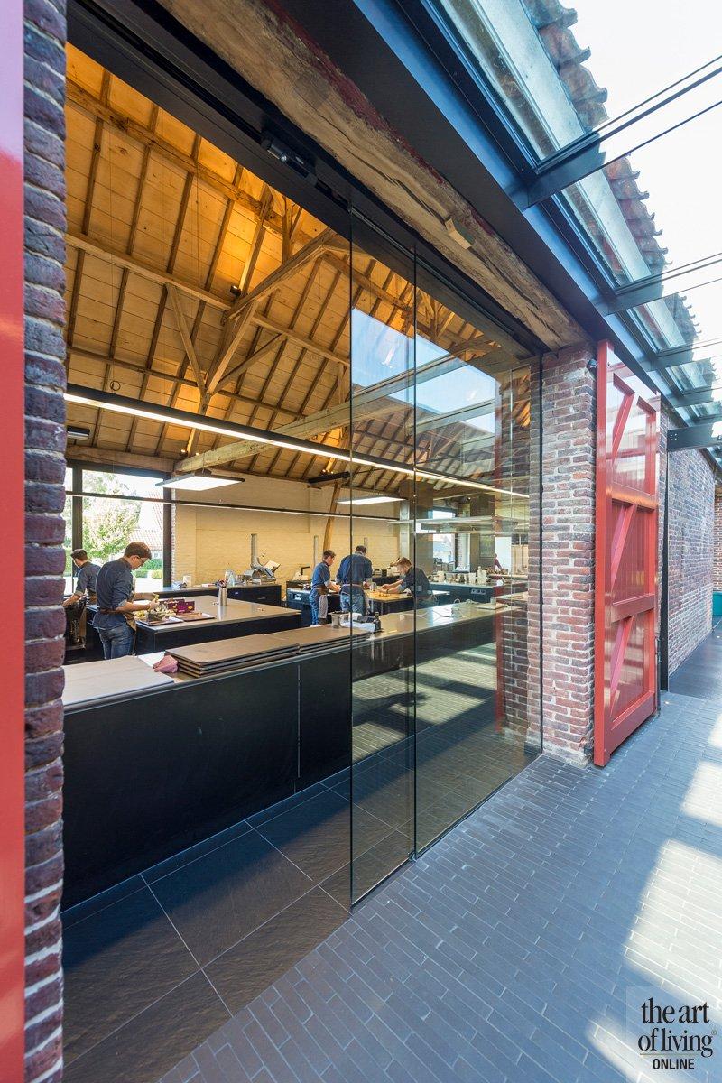Zicht op de keuken door glazen wand van FMP Plus, Dries Bonamie, Restaurant Hertog Jan