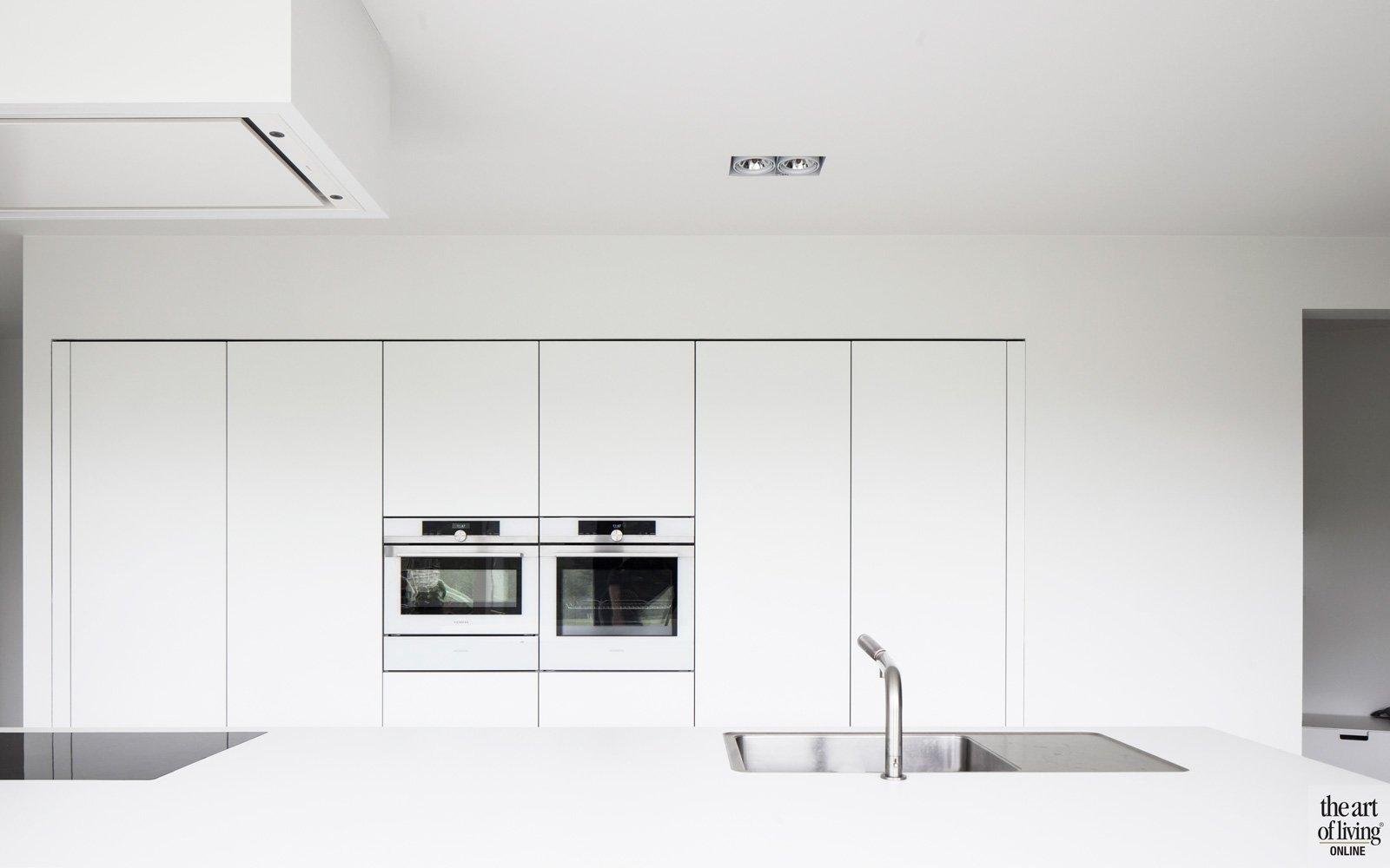 Strakke witte keuken, Herveé vanden Haute