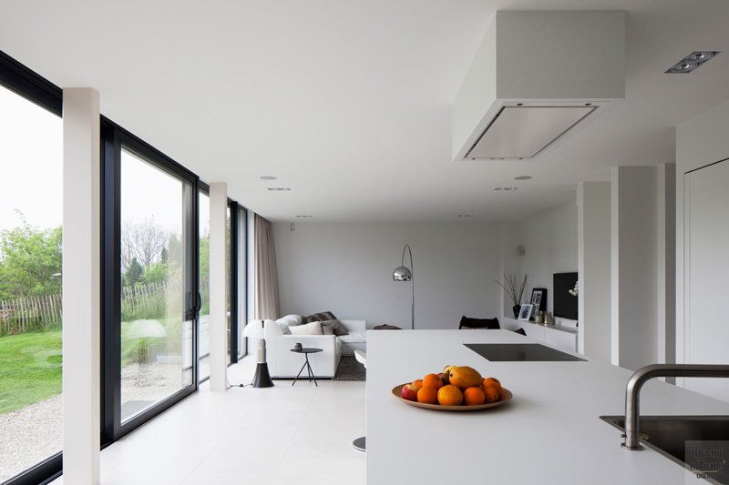 Minimalistisch, modern, Strake witte keuken en living, Herveé vanden Haute