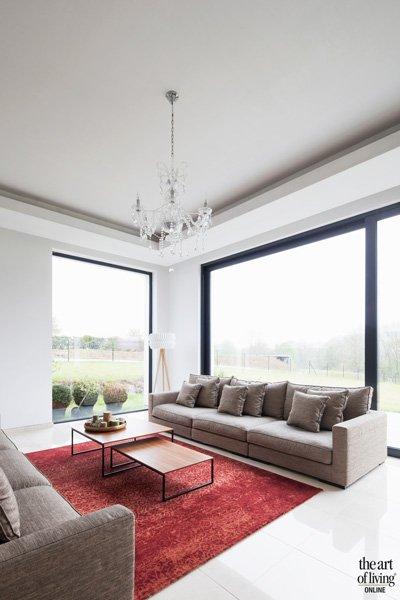 Veel licht in de woonkamer door ramen van Sapa Buildingsystem
